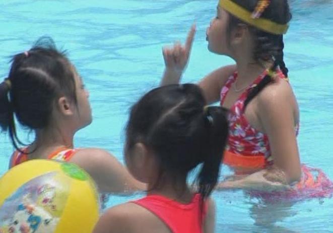 Trẻ khiếm thính hạnh phúc khi nghe âm thanh của nước