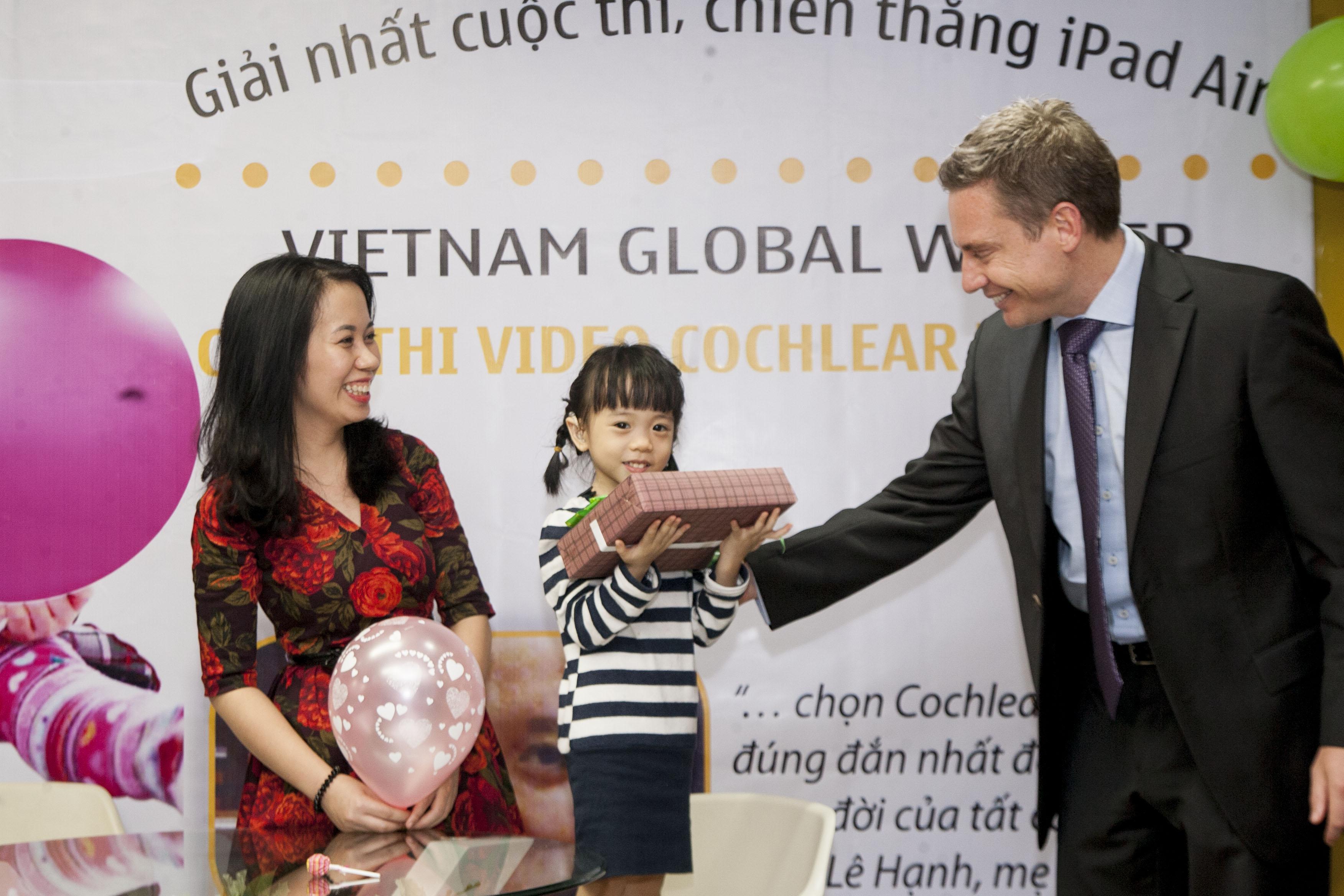 Trao giải nhất cuộc thi Cochlear toàn cầu - Video ngắn.