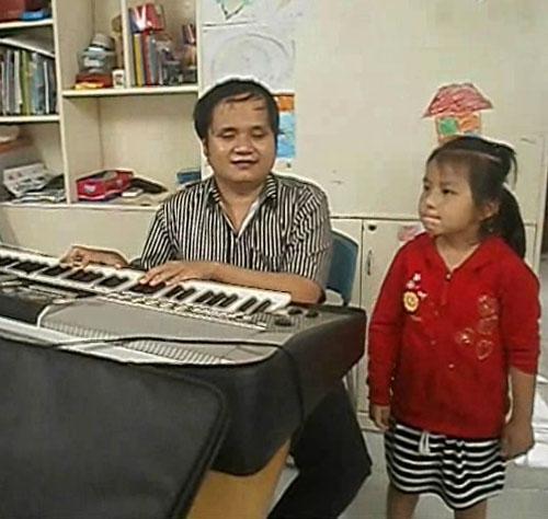 Bé Hoàng Bảo Ngân tập hát