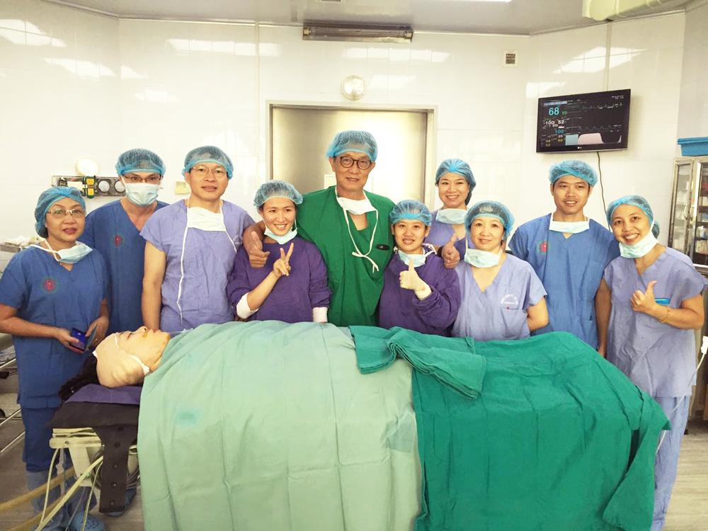Ca phẫu thuật cấy ốc tai điện tử đầu tiên cho chính bác sỹ Tai Mũi Họng