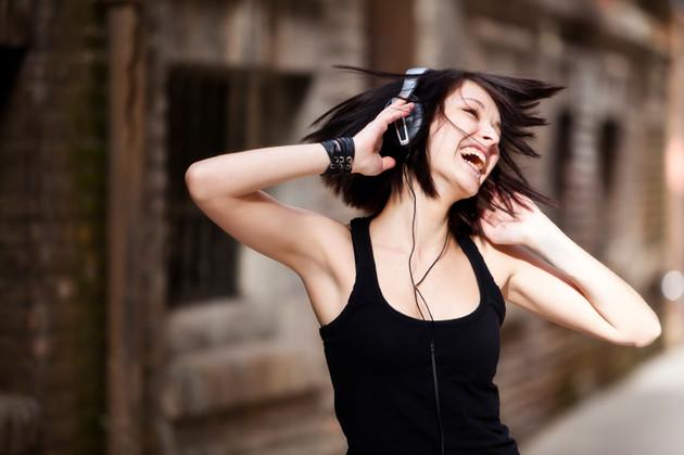Đeo tai nghe quá thường xuyên? Bạn có thể bị điếc sớm